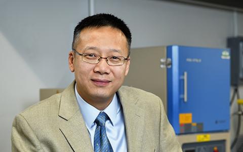 Headshot photo of Jincheng Du in his lab